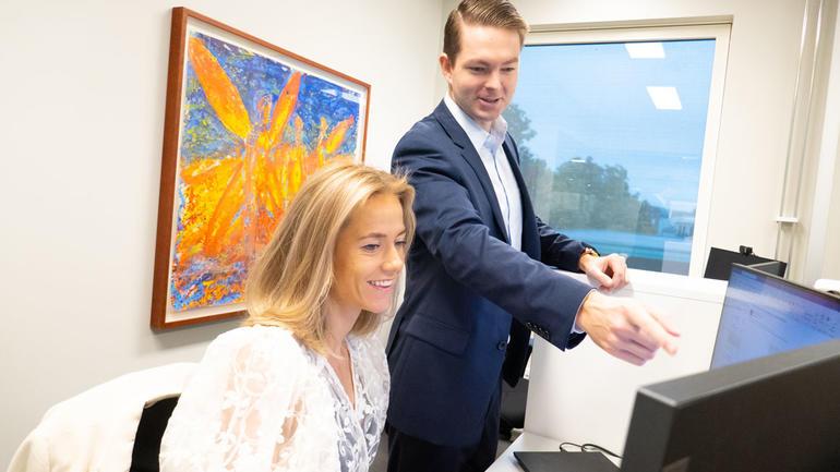 Julianna Frantzen Reiersrud ble tatt imot som en kollega i firmaet Formuesforvaltning da hun hadde internship. Her sammen med finansiell rådgiver Fredric Lehfeldt.